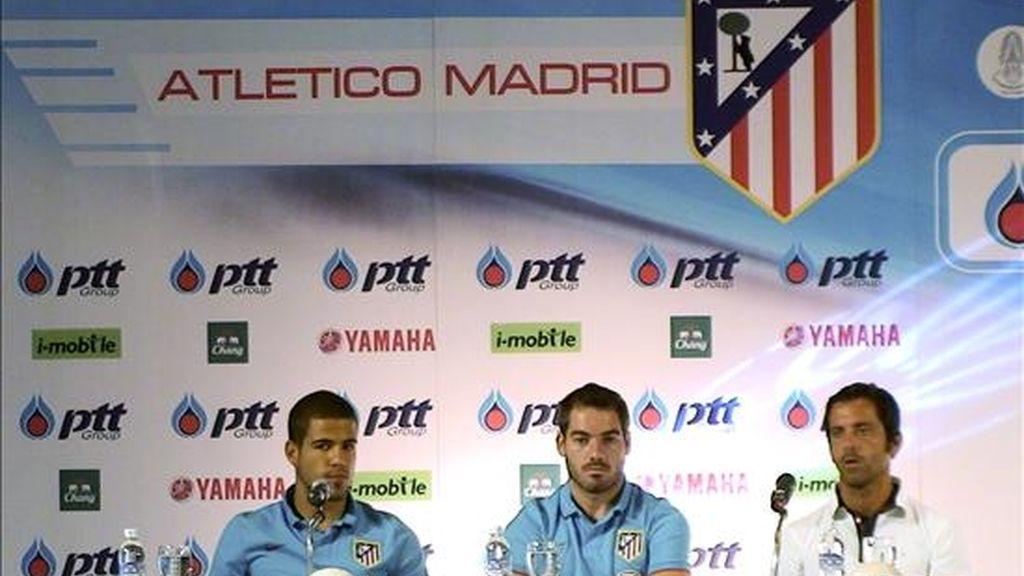 Los jugadores del Atlético de Madrid, Álvaro Domínguez y Antonio López, y el entrenador, Quique Sánchez Flores, durante una rueda de prensa ayer en un hotel de Bangkok. EFE
