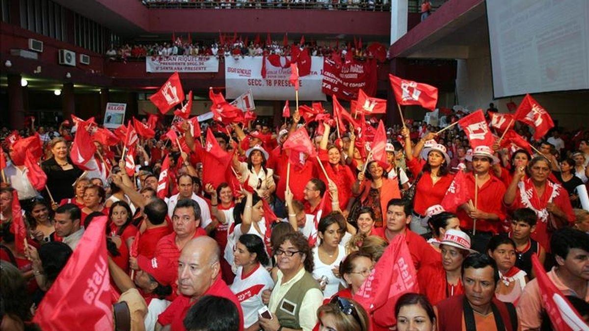 Imagen de miles de personas en la Junta de Gobierno del Partido Colorado, en Asunción (Paraguay). EFE/Archivo