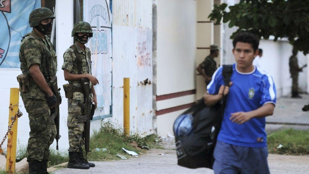 Soldados hacen guardia ante la morgue de la ciudad de Veracruz