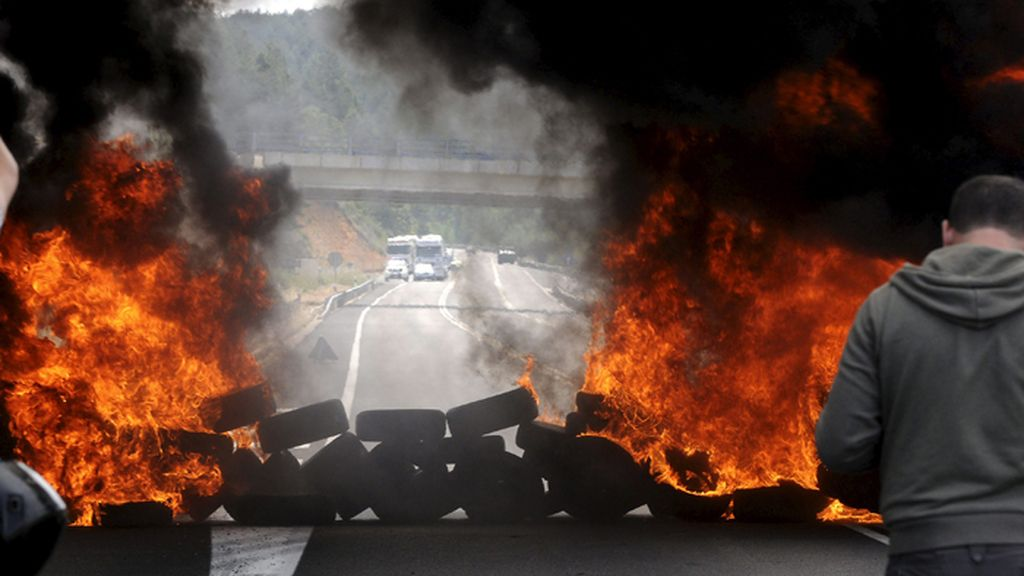 Piquetes mineros cortan la N-630 en La Robla (León)