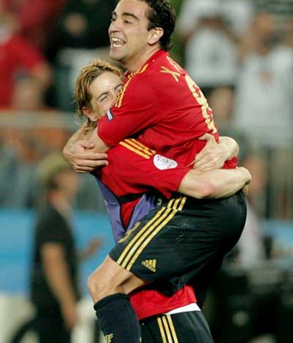 Xavi celebra la victoria con Torres. FOTO: EFE.