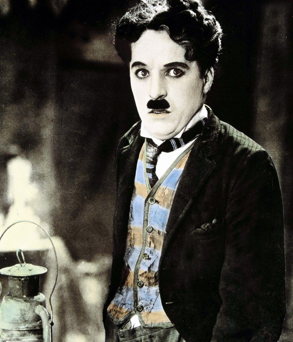 Charles Chaplin, de la pobreza a la fama y al lujo
