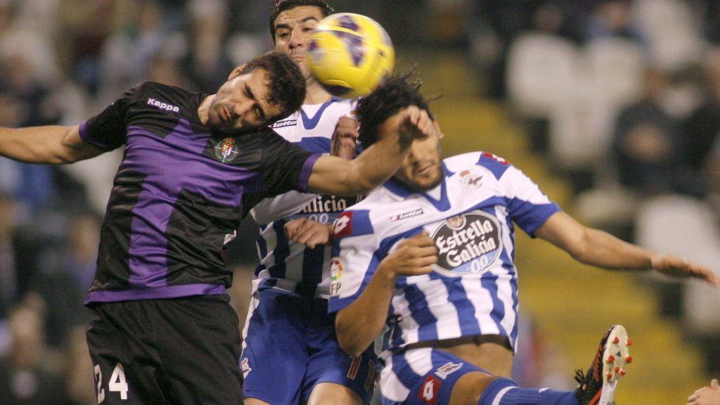 """El defensa del Real Valladolid Mikel Balenziaga (i), despeja el balón ante los jugadores del Deportivo Iván Sánchez-Rico, """"Riki"""" (c) y el centrocampista colombiano Abel Aguilar (d),"""