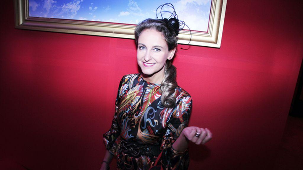 Carla Royo-Villanova con tocado de Violeta And Co