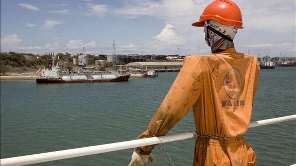 """Un buque que anclado hoy en el puerto de Mombasa (Kenia) exhibe un monigote tipo """"espantapájaros"""" en la cubierta. EFE"""