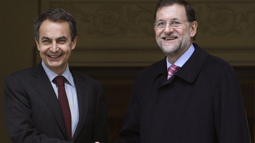 El presidente del Gobierno en funciones, José Luis Rodríguez Zapatero, recibe a su sucesor en el cargo, Mariano Rajoy, en el Palacio de la Moncloa