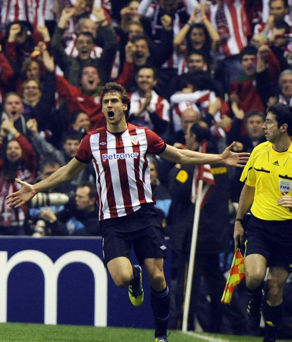 Fernando Llorente celebra en San Mamés su gol ante el Manchester United