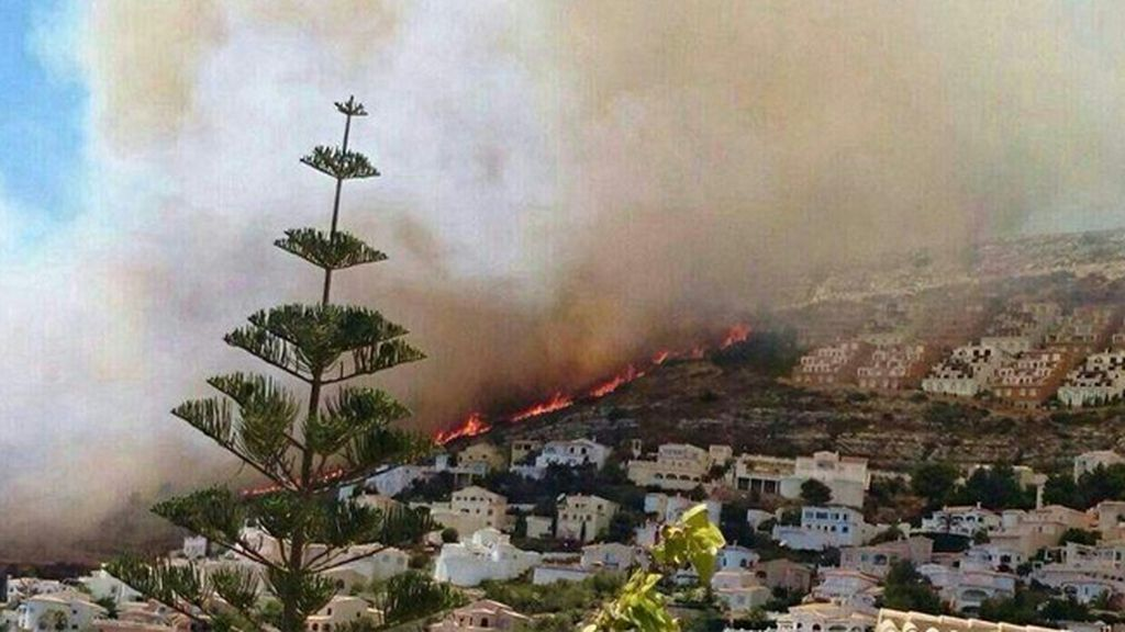 Un incendio en Benitachell obliga a desalojar cientos de viviendas