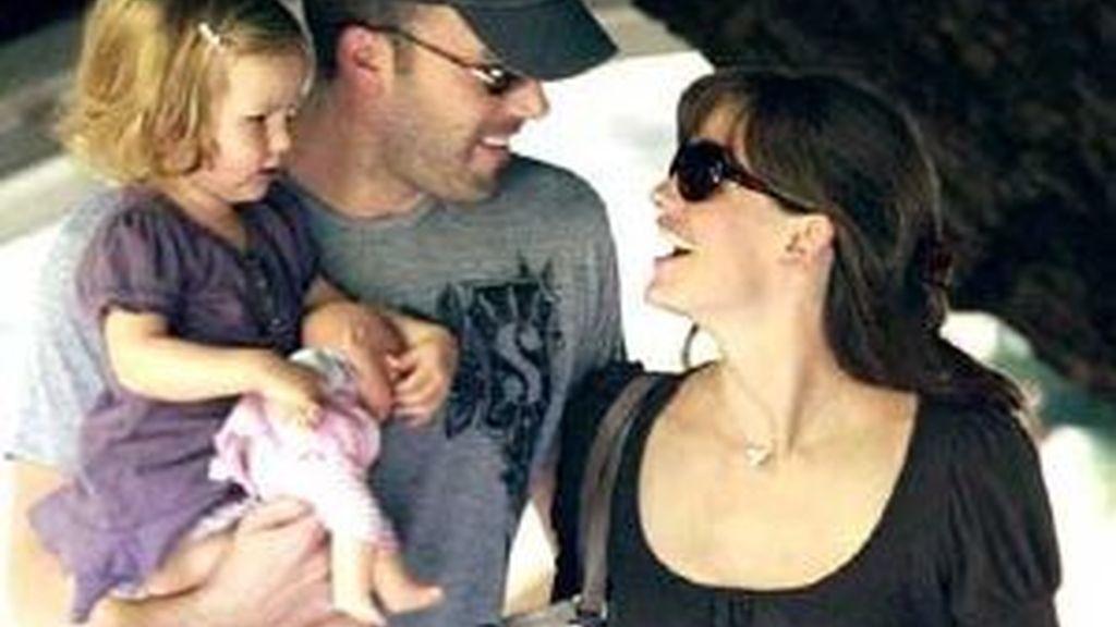 Ben Affleck pasea con su mujer y su hija Violet. Foto: AP