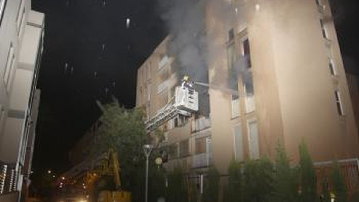 Los bomberos trabajan en sofocar las llamas. Foto: Dbalears.cat