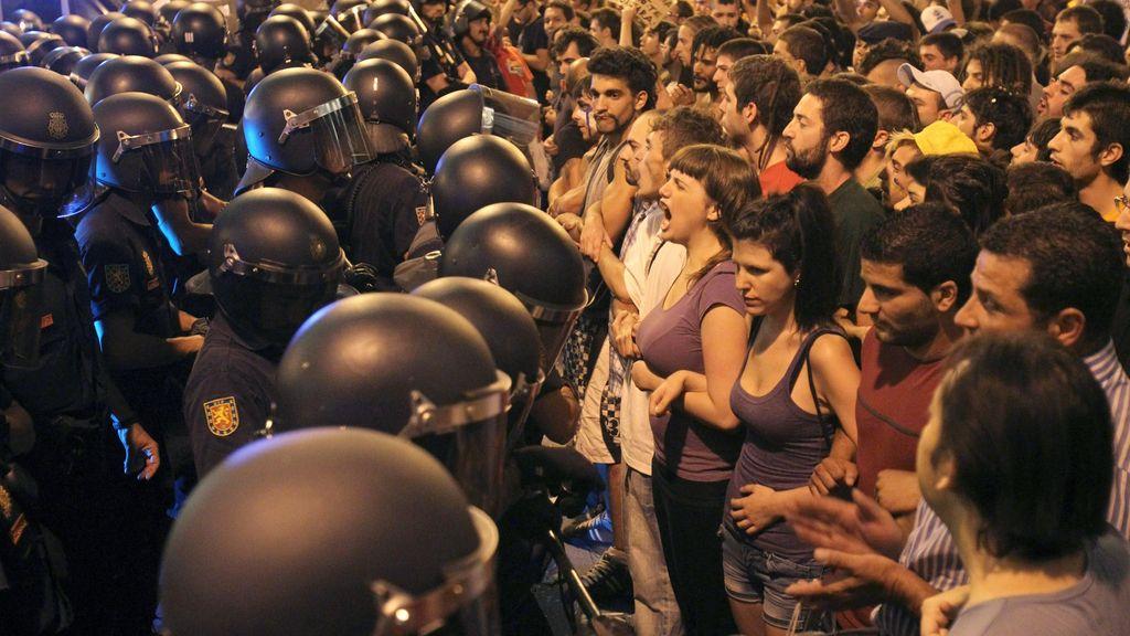 La policía custodia los accesos a Sol frente a los 'indignados'.