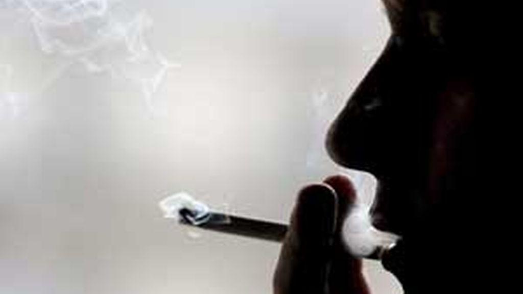 El investigador ha afirmado que la aparición del tabaco en cine y televisión puede contribuir a la progresión del hábito de fumar en los adolescentes. Foto: EFE