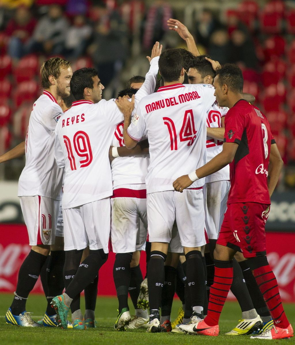 Los jugadores del Sevilla celebran el cuarto gol marcado por su compañero, el defensa Alberto Tomás Botía, ante el Mallorca