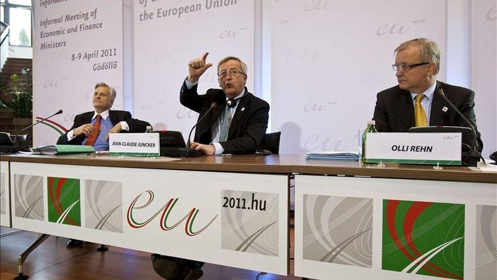 El presidente del Eurogrupo y primer ministro de Luxemburgo, Jean-Claude Juncker (c), el comisario de Asuntos Económicos y Monetarios, Olli Rehn, y el presidente del Banco Central Europeo (BCE), Jean-Claude Trichet (izda), atienden a la rueda de prensa ofrecida durante la reunión de los ministros de Economía y Finanzas (Ecofin) de la UE, en Gödöllö, al noreste de Budapest, el 8 de abril de 2011. EFE