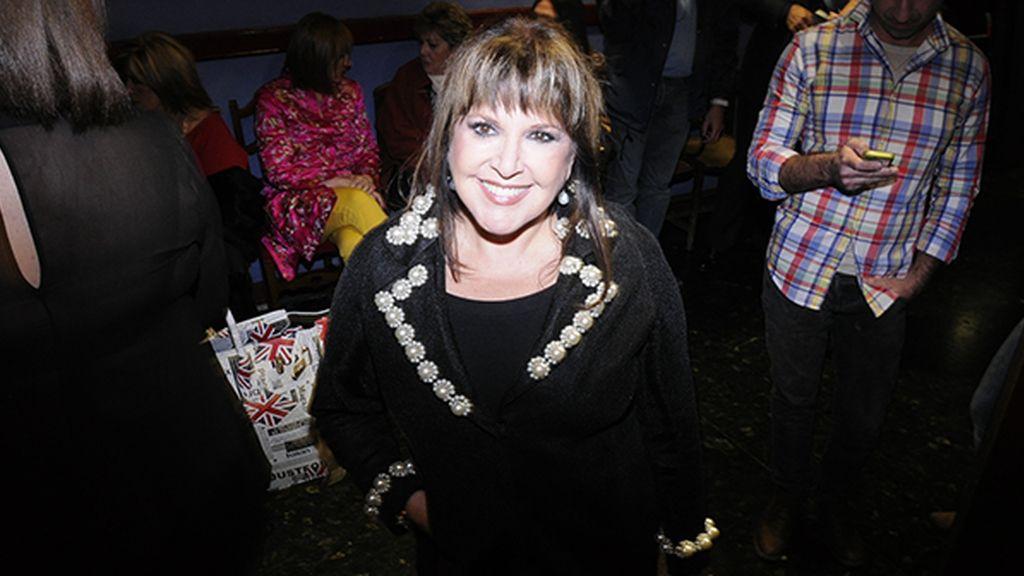 Loles León fue al estreno vestida con un diseño de Teria Yabar