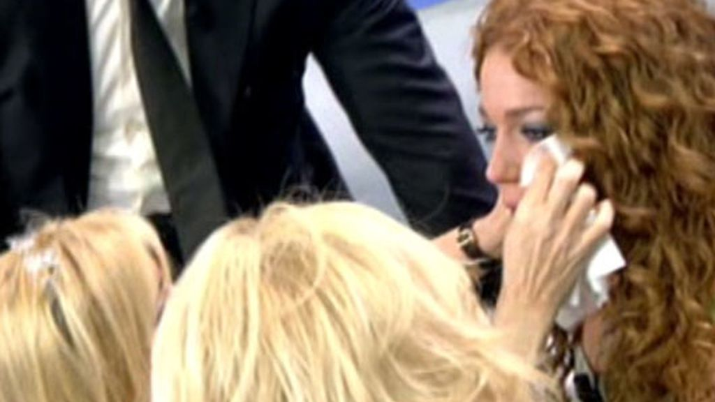 Barbara Rey consuela a su hija, Sofía Cristo, que se derrumba en la publicidad