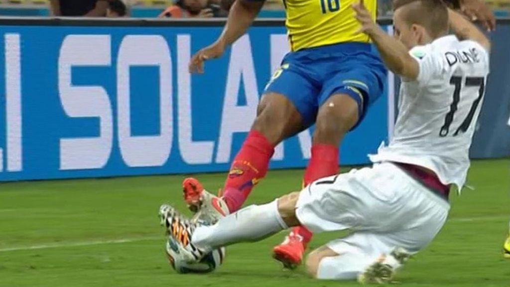 Por suerte, Digne pudo seguir jugando sin problemas