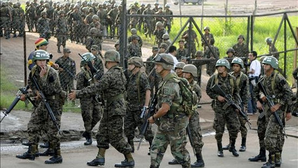 Militares hondureños rodean la casa presidencial en Tegucigalpa. EFE