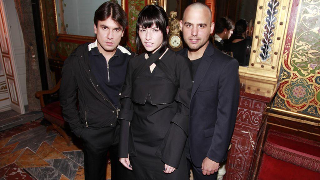 Miguel Becer junto a la pareja de diseñadores María Ke Fisherman