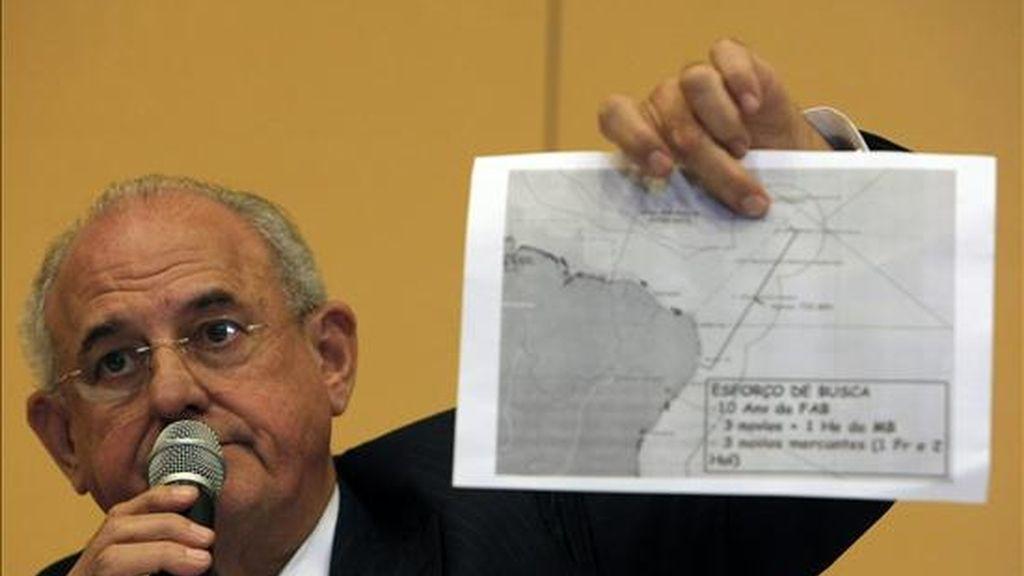 """El ministro de Defensa de Brasil, Nelson Jobim, confirmó que el avión de Air France """"cayó en la zona brasileña"""", basándose en los restos divisados por los aviones de la Fuerza Aérea en el Océano Atlántico. EFE"""
