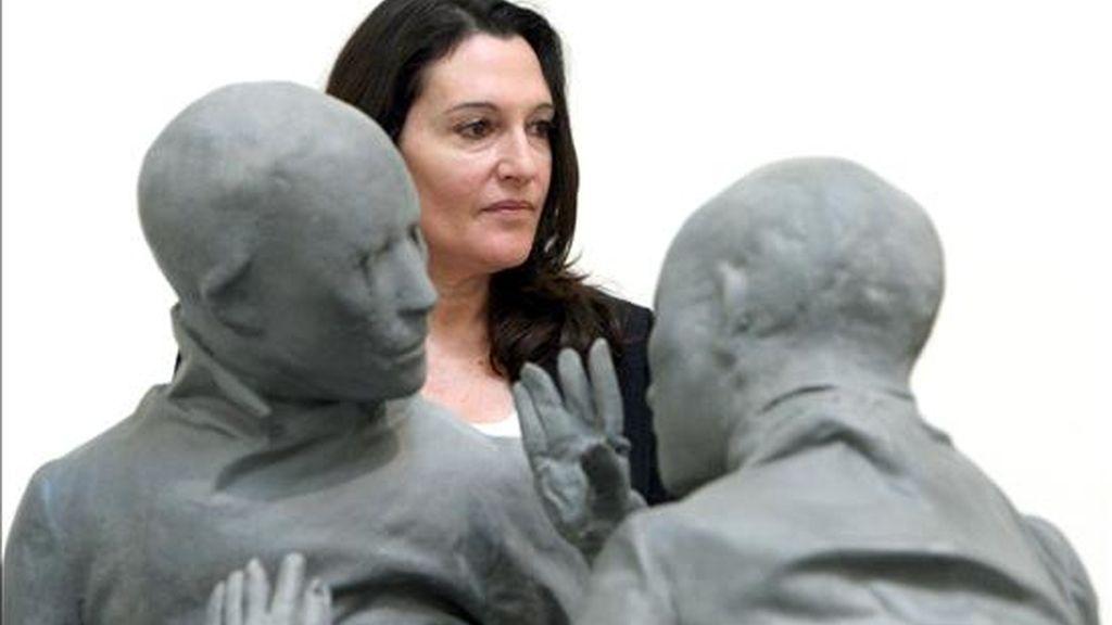 La tesis doctoral sobre la escultora Cristina Iglesias defendida por el profesor Miguel Ángel Hidalgo en la Universidad de Murcia y que ha obtenido la calificación de sobresaliente, es la primera que se realiza sobre la obra completa de esta artista, cuyas piezas se encuentran en los principales museos del mundo. EFE