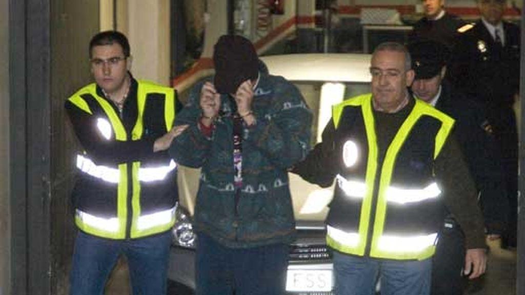 Imagen de archivo de Santiago del Valle detenido en medio de dos agentes. Foto: ATLAS
