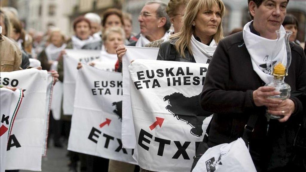 Varios manifestantes sostienen banderas durante la manifestación convocada por agrupaciones políticas, sociales y sindicales y celebrada el sábado en Bilbao. EFE/Archivo
