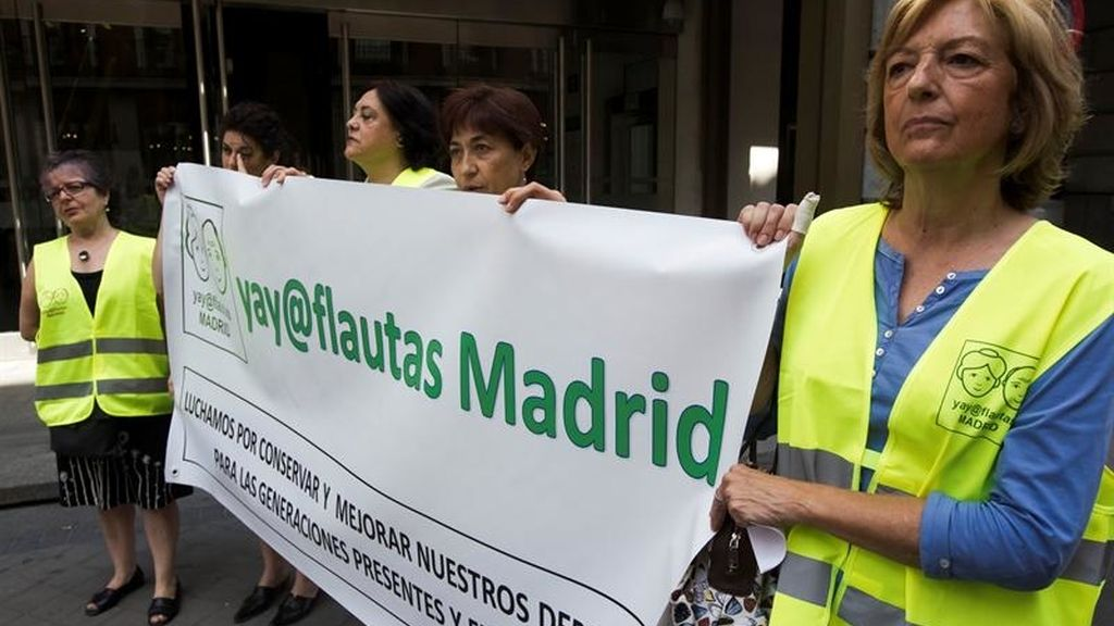 Los yayoflautas durante la protesta ante la sede de Madrid por el expolio público.