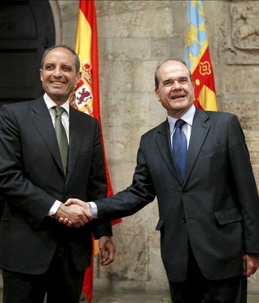 El vicepresidente tercero y ministro de Política Territorial, Manuel Chaves (d), y el presidente de la Generalitat Valenciana, Francisco Camps, al inicio de la reunión que han mantenido para hablar sobre el modelo de financiación autonómica, hoy en Valencia. EFE