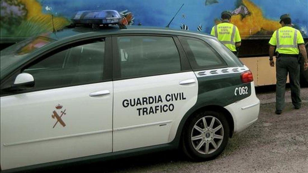 Dos agentes de la Guardia Civil de Tráfico durante un operativo en Pontevedra. EFE/Archivo