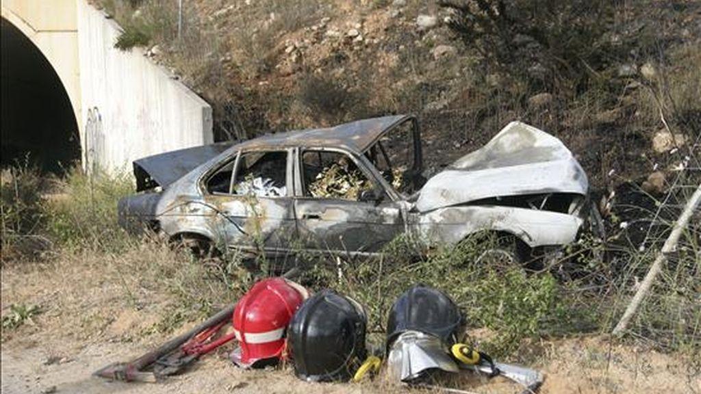 Los restos del vehículo en el que viajaban las tres personas fallecidas. EFE