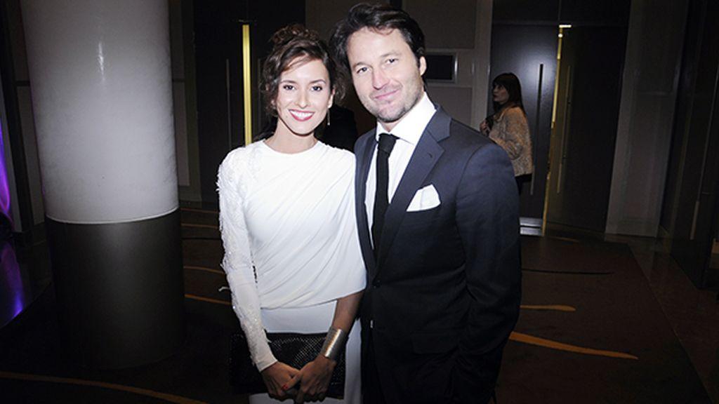 Marina San José, con un precioso vestido de inspiración helénica de Fernando Claro, junto a Fernando Andina