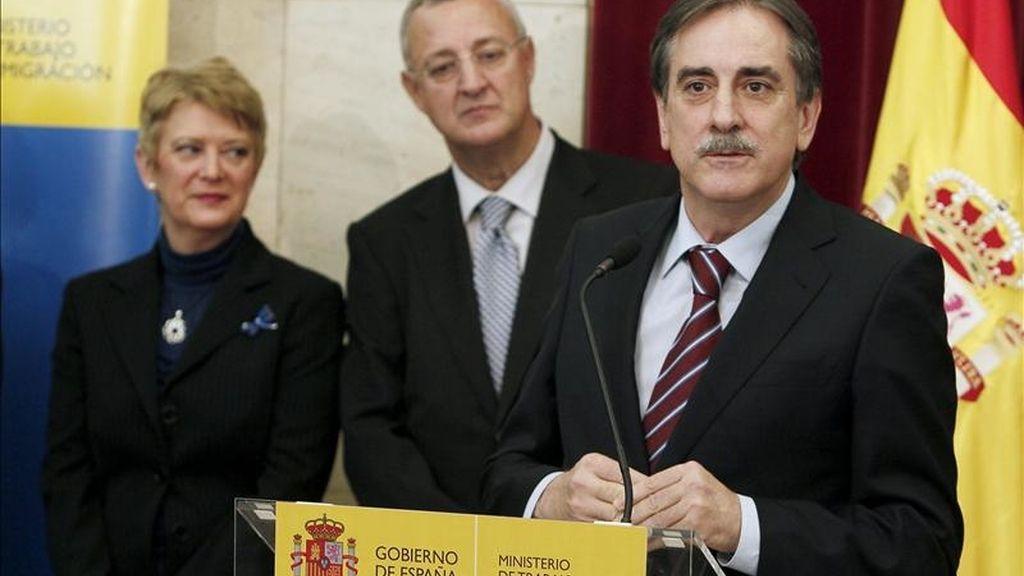El ministro de Trabajo e Inmigración, Valeriano Gómez (d), durante el acto de presentación del retrato del ex ministro de Trabajo Jesús Caldera (c), que tuvo lugar hoy en la sede del Ministerio. EFE