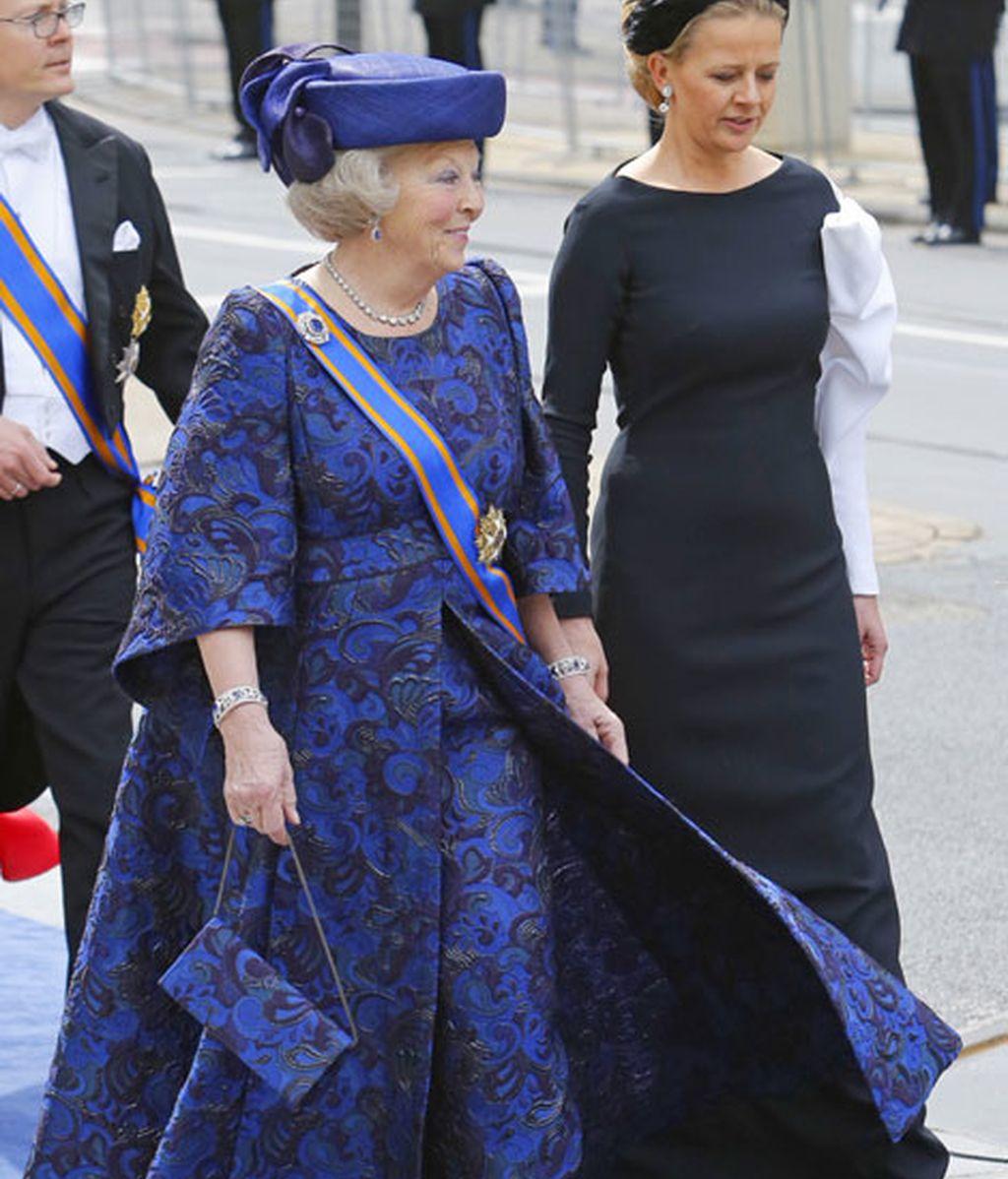 La princesa Beatriz, flanqueada por su nuera