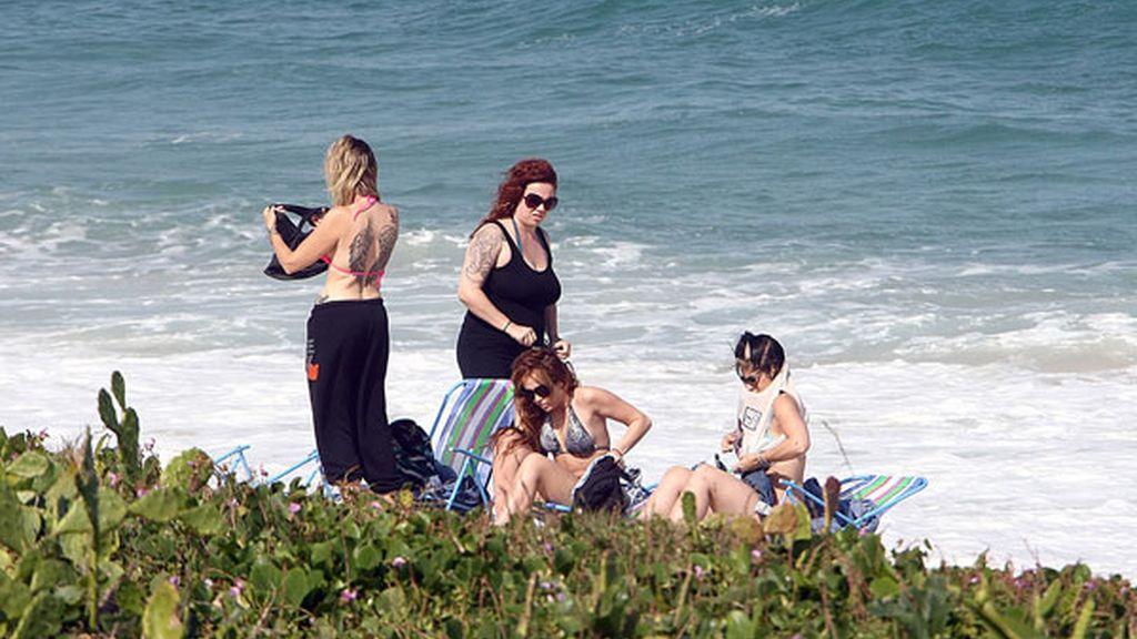 Miley Cyrus luce bikini y tatuajes en las playas de Brasil