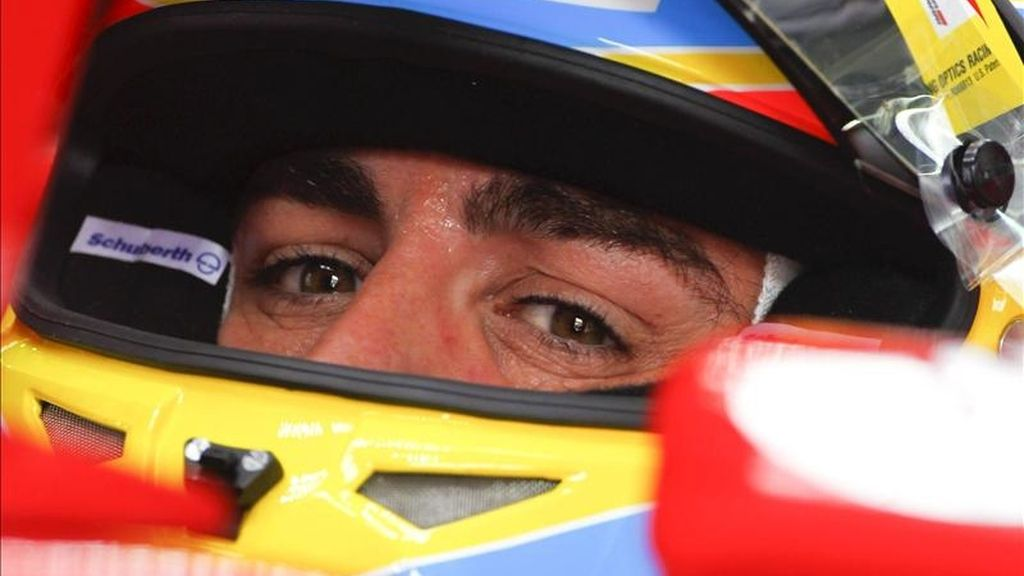 El piloto español Fernando Alonso (Ferrari) durante la tercera sesión de entrenamiento para el Gran Premio de Malasia de Fórmula Uno, en el circuito internacional de Sepang, a las afueras de Kuala Lumpur (Malasia) hoy, 9 de abril de 2011. La carrera se disputa mañana, domingo 10 de abril de 2011. EFE