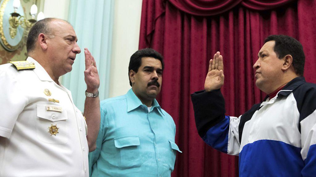 Nicolán Maduro asiste al juramento del nuevo ministro de defensa de Hugo Chávez antes de partir hacia Cuba