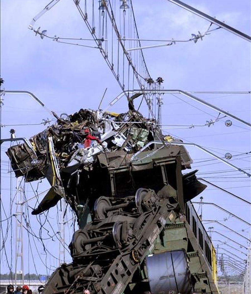 La locomotora de uno de los dos trenes de mercancías que colisionaron esta madrugada en las inmediaciones de la estación de Arévalo aparece subida sobre la del otro tras el accidente, en el que falleció el maquinista de uno de ellos. EFE