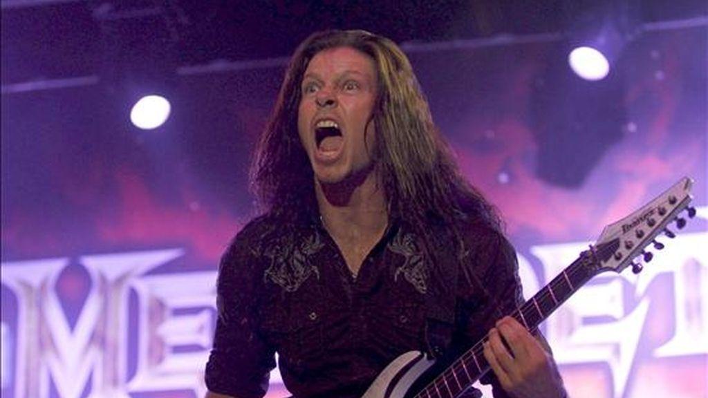 """El guitarrista del grupo estadounidense """"Megadeth"""", Chris Broderick, durante el concierto ofrecido esta noche en el recinto """"Open Air"""" de la localidad madrileña de Getafe, en la tercera jornada del Sonisphere Festival. EFE"""