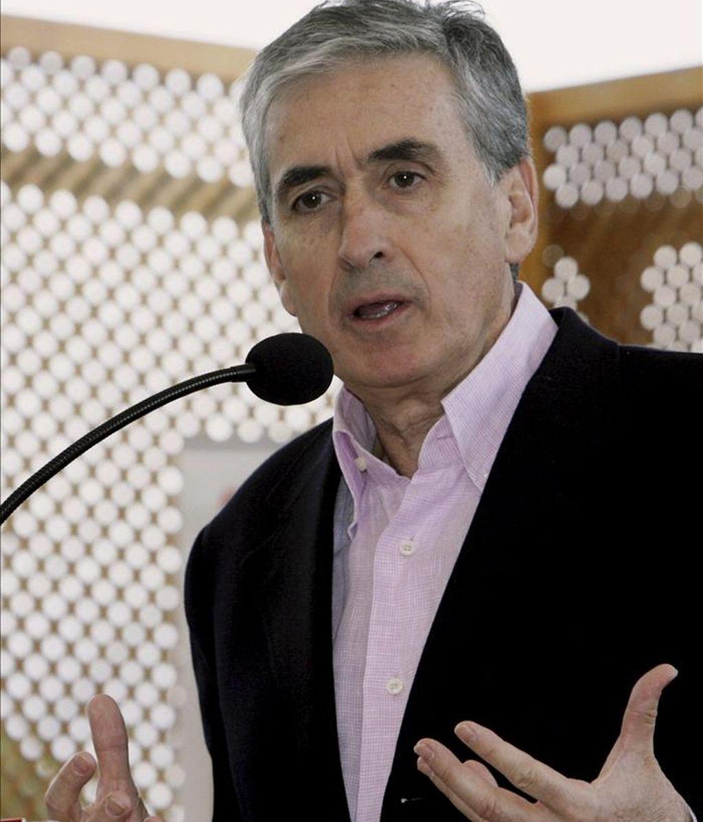 El ministro de la Presidencia, Ramón Jáuregui, durante su intervención hoy en la presentación de la candidatura socialista a la alcaldía de Alcantarilla (Murcia). EFE