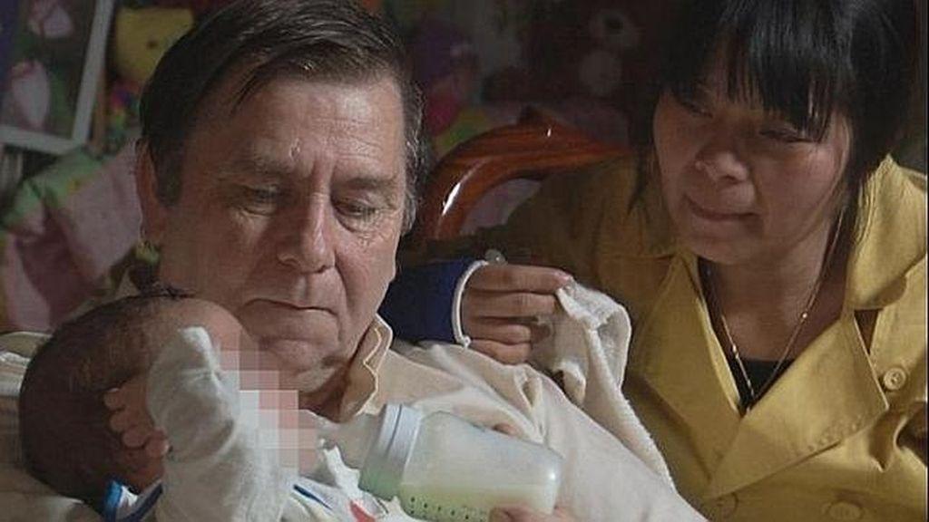 Una mujer se reune con su bebé tras intentar matarlo