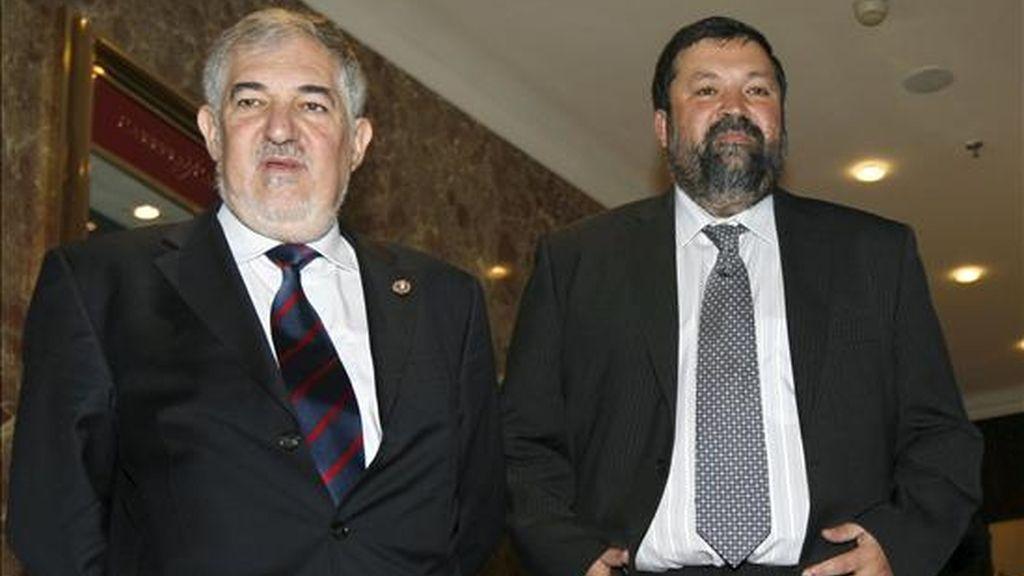 El fiscal general del Estado, Cándido Conde-Pumpido, acompañado del ministro de Justicia, Francisco Caamaño, momentos antes de su intervención en un desayuno informativo hoy en Madrid. EFE