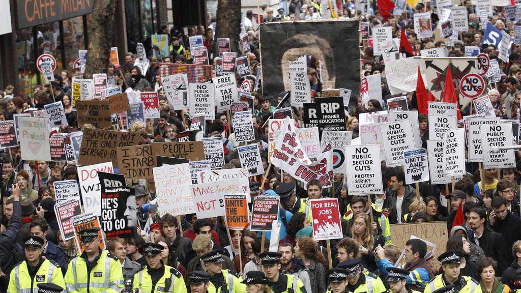 Estudiantes británicos protestan en Londres contra el aumento de las tasas universitarias