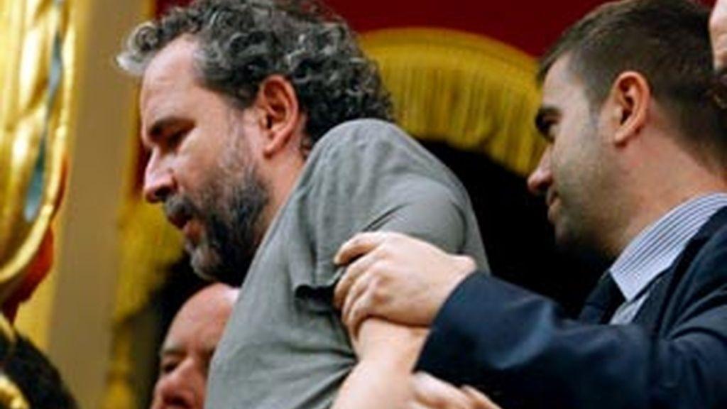El actor Willy Toledo ha sido expulsado de la tribuna de invitados del Congreso de los Diputados junto a otras personas que han prorrumpido en gritos a favor del Sáhara cuando los diputados votaban las iniciativas debatidas hoy en el hemiciclo. Vídeo: ATLAS