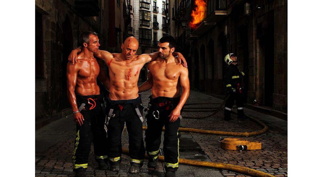 El calendario de los bomberos de Bilbao despide fuego