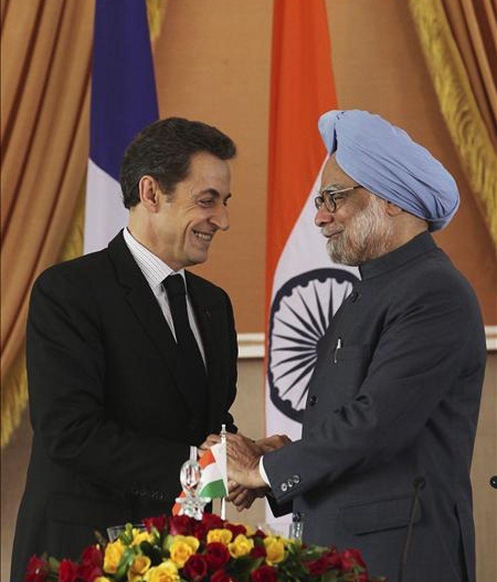 El presidente francés, Nicolás Sarkozy (i), estrecha la mano del primer ministro indio, Manmohan Singh, tras una rueda de prensa conjunta en Nueva Delhi (India), hoy, lunes 06 de diciembre de 2010. Sarkozy, cerró hoy en Nueva Delhi acuerdos que colocan a Francia como uno de los socios preferentes de la India en materia nuclear. EFE