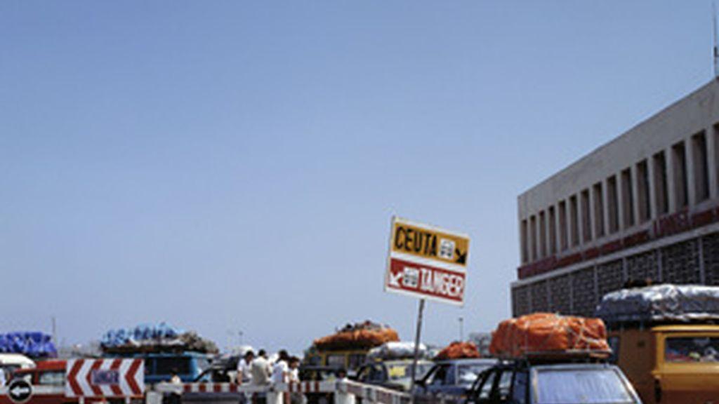 Coches esperan para embarcar en el puerto de Algeciras FOTO: GTRES