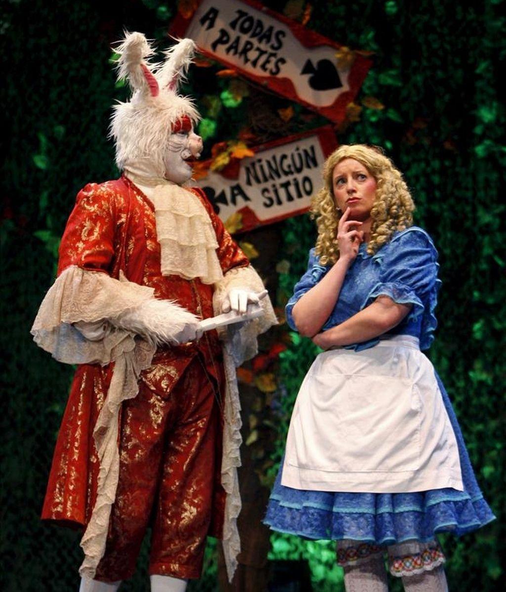 """La compañía La Maquineta, durante la presentación del musical """"Alicia en el país de las maravillas"""", basado en el cuento del británico Lewis Carroll y con el que ha obtenido el Premio Nacional de Teatro 2010. EFE/Archivo"""