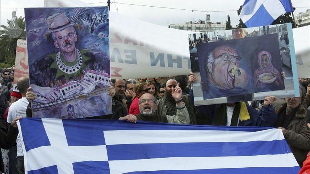 Varios protestantes se manifiestan frente al Parlamento griego, durante una huelga general el pasado mes de febrero. EFE/Archivo