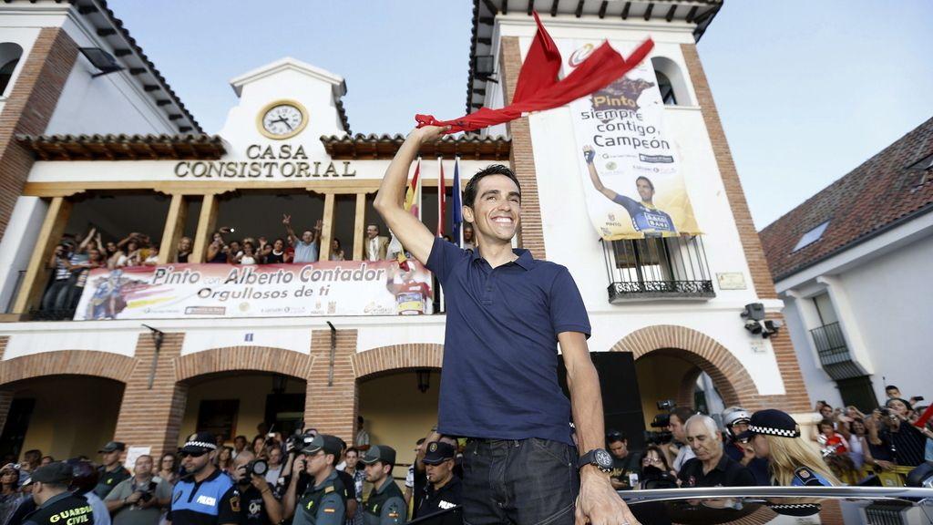 El ciclista español del Saxo Bank Alberto Contador, durante el homenaje que ha recibido por parte la localidad de Pinto, tras su victoria en la Vuelta Ciclista a España.